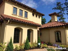 Fachada : Casas de estilo colonial por MARIANGEL COGHLAN