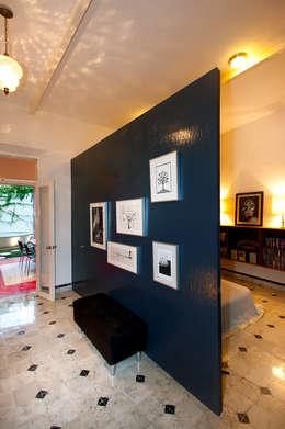 Casa Santiago 49: Pasillo, hall y escaleras de estilo  por Taller Estilo Arquitectura