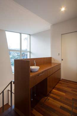 二階手洗い: アーキシップス古前建築設計事務所が手掛けた廊下 & 玄関です。