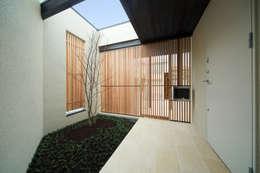 ポーチ: アーキシップス古前建築設計事務所が手掛けた家です。