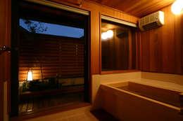 露天風呂感覚のお風呂: 有限会社 光設計が手掛けた浴室です。