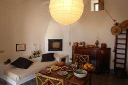Salas de estilo mediterraneo por Studio di Architettura Manuela Zecca