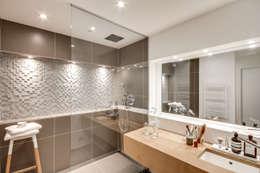 Baños de estilo moderno por bypierrepetit