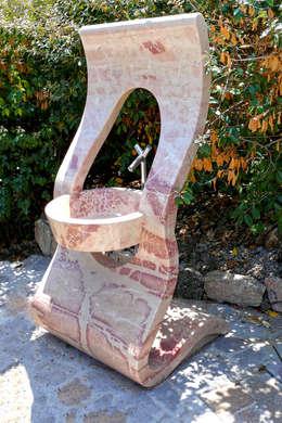 Fontanella wave: Giardino in stile in stile Moderno di CusenzaMarmi