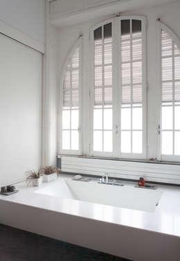 Baños de estilo minimalista de 3C+M architettura