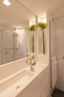 Baños de estilo moderno por Estúdio Barino | Interiores