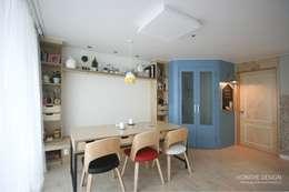 북카페  거실 인테리어: 홍예디자인의  거실