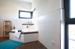 Projekty,  Łazienka zaprojektowane przez FingerHaus GmbH
