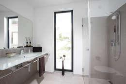 Salle de bains de style  par FingerHaus GmbH