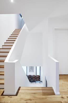 Flurbereich 1. OG: klassischer Flur, Diele & Treppenhaus von Architektur I Stadtplanung Verhoeven