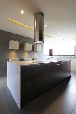 Dom jednorodzinny w Chybach: styl , w kategorii Kuchnia zaprojektowany przez Studio Nomo