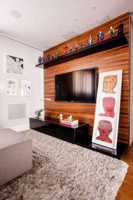 Home Theater : Salas multimídia modernas por Casa 2 Arquitetos