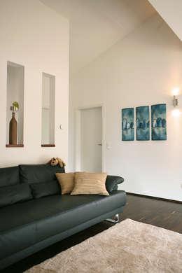 MODERNES KUNSTSTÜCK - frei geplantes Kundenhaus: moderne Wohnzimmer von FingerHaus GmbH