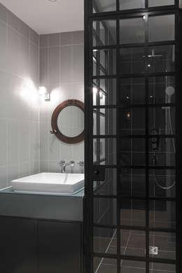 Baños de estilo moderno por Ligneous Designs