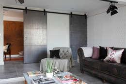 Puertas corredizas de estilo  por Ligneous Designs