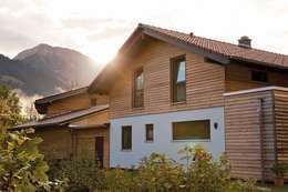 Projekty,  Dom rustykalny zaprojektowane przez FingerHaus GmbH