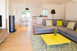 Salas de estilo moderno por iroka