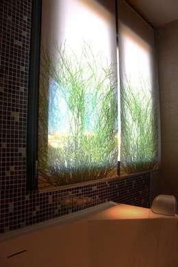 Estores baño principal Unifamiliar Mijas: Baños de estilo ecléctico de Martyseguido diseño interiorismo