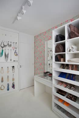 modern Dressing room by Carolina Mendonça Projetos de Arquitetura e Interiores LTDA