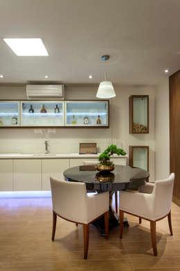 Casa Itu: Adegas modernas por Designer de Interiores e Paisagista Iara Kílaris