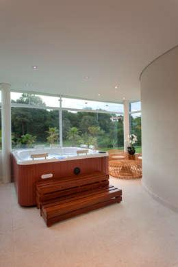 Spa de estilo moderno por Designer de Interiores e Paisagista Iara Kílaris