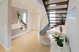 Couloir et hall d'entrée de style  par FingerHaus GmbH