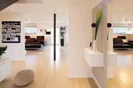 Pasillos y hall de entrada de estilo  por FingerHaus GmbH