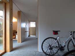 通り土間のある家: 松原正明建築設計室が手掛けた壁です。