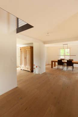 Couloir et hall d'entrée de style  par von Mann Architektur GmbH