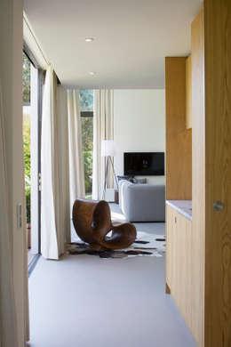 Pantry aan de tuingevel:   door ara   antonia reif architectuur