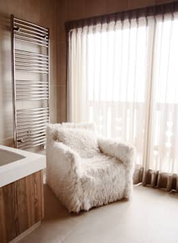 appartement à la montagne 400m2: Salle de bains de style  par Claire Dargaud - roulez jeunesse