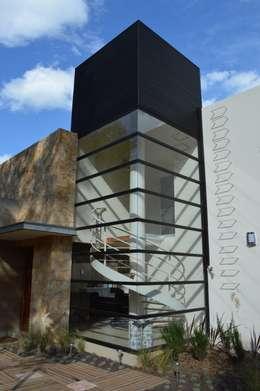 Cubo de escaleras: Casas de estilo moderno por Revah Arqs