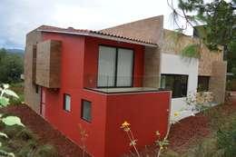 Terraza en una de las habitaciones: Casas de estilo moderno por Revah Arqs
