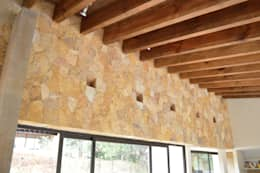 Muro forrado con Laja de Oro Viejo. Detalle de iluminacion indirecta.: Paredes de estilo  por Revah Arqs