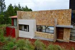 Fachada recubierta con piedra Oro Viejo: Casas de estilo moderno por Revah Arqs