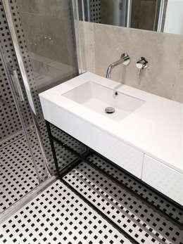 Baños de estilo moderno por Projektowanie Wnętrz Suspenzo