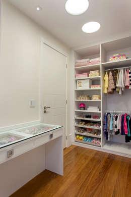 Vestidores y placares de estilo moderno por Designer de Interiores e Paisagista Iara Kílaris