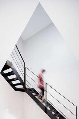 MAISON L33: Couloir et hall d'entrée de style  par Cendrine Deville Jacquot, Architecte DPLG, A²B2D