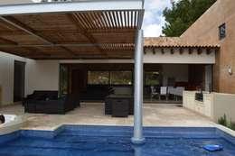 Detalle de columna metálica dentro de la piscina: Terrazas de estilo  por Revah Arqs