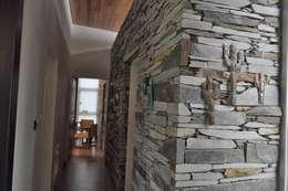 Pasillos y hall de entrada de estilo  por Baltera Arquitectura