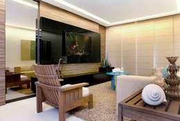 Em clima de veraneio: Salas de estar rústicas por Carol Mendonça Arquitetura
