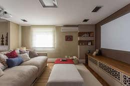 Apartamento Campo Belo 02: Salas multimídia modernas por Karen Pisacane