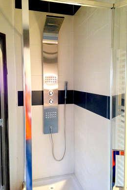 Rénovation d'un appartement: Salle de bains de style  par AD2