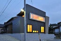 Casas de estilo moderno por 若山建築設計事務所