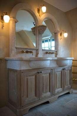 Antiek badmeubel met Kenny&Mason muurkranen: rustieke & brocante Badkamer door Taps&Baths