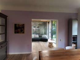 Zicht vanuit woonkamer naar tuinkamer: moderne Serre door Roorda Architectural Studio