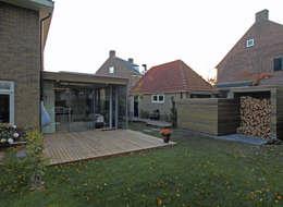 Zicht op de tuinkamer en de opslagruimte: moderne Serre door Roorda Architectural Studio