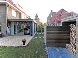 Zicht tussen tuinkamer en opslagruimte 1: moderne Serre door Roorda Architectural Studio