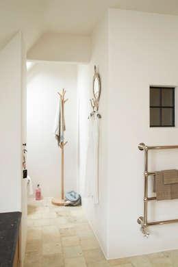 Stijlvolle handdoekradiator: landelijke Badkamer door Taps&Baths