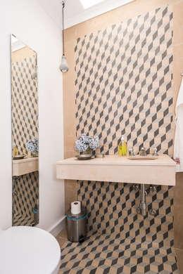classic Bathroom by shfa